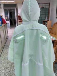 圖說:在雨衣背後加裝LED燈,可在夜晚行走時當作警示燈,提醒駕駛注意行人安全。三用功能大大提升作品使用上的便利、美觀與實用性。(攝影:黃佩怡)