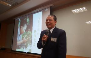 圖說:大愛感恩科技於三月十九日的人文週會,很榮幸地邀請到了 陳忠厚師伯,與大家分享「三義茶園耕作之力」的故事 (攝影:呂怡德)。