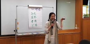 圖說:佳勳師姊經常於分享課程中,融入 上人教導的慈濟「四神湯」-知足、感恩、善解、包容的觀念更讓溝通變得更有深度而蘊含人文(攝影:呂怡德)。