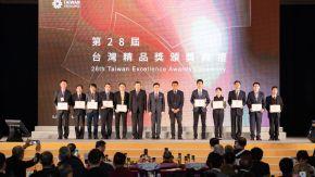 圖說:有臺灣產業界奧斯卡獎之稱的「台灣精品獎」,於11/27傍晚在南港展覽館二館正式舉辦,今年大愛感恩科技以R2R(回收再回收)系列產品榮獲台灣精品獎榮耀 (攝影:大會工作人員)。