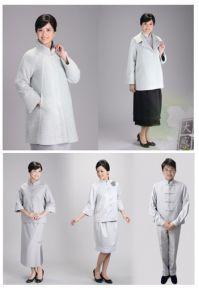 得獎產品:中國服飾傳薪系列、刷毛大衣淨心系列。 100%回收寶特瓶製成,原色不後染,服飾設計回歸一念「反樸歸真」,展現服儀人文之美。