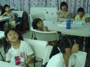 「寶特瓶怎麼可能做成衣服?」透過簡報了解後,小朋友們露出驚訝的表情。
