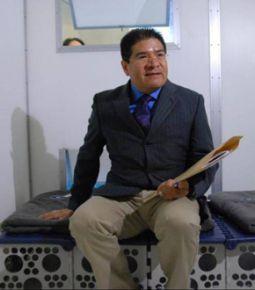 圖說:墨西哥商務簽證際文化辦事處處長賈凡先生來特地安排時間到慈濟慈悲科技展區,肯定慈濟香積飯、淨水器和毛毯的發明,可以提供災民最直接的幫助,並允諾回墨西哥去傳遞慈濟的大愛精神。(攝影者:黃莉美)
