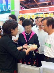 前副總統呂秀蓮參觀大愛感恩科技綠博攤位