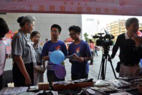 台中市府廣場~中山醫院學生很用心做筆記喔 生碧惠攝2011.11.5