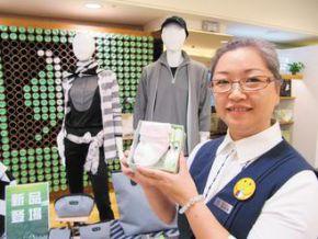 大愛感恩生活館專賣寶特瓶環保織品,1支600毫升小寶特瓶就可做成1雙小襪子。