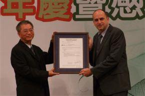德國萊因集團總經理何士登(右),親自來臺將水足跡認證頒給大愛感恩公司。