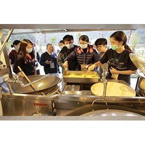 圖說:大愛感恩科技同仁許育仁此次選擇的是餐食組,必須學習使用行動廚房料理營隊大家餐食之功能任務並分享到:「食安問題很重要,食材清洗乾淨,廚具衛生都是要注意的,但真的如是災難過後,這些這可能將就擇就,但還是得盡量做到基本的安全,然而這次營隊中看到淨水船的淨水規格都是超越標準許多的,我想這可以讓人看到飲食的安全無慮的部分。」(照片:大愛感恩科技提供)
